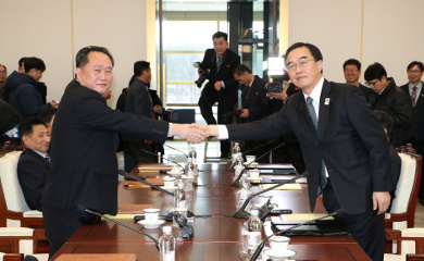 Head of the North Korean delegation Ri Son Gwon shakes hands with his South Korean counterpart