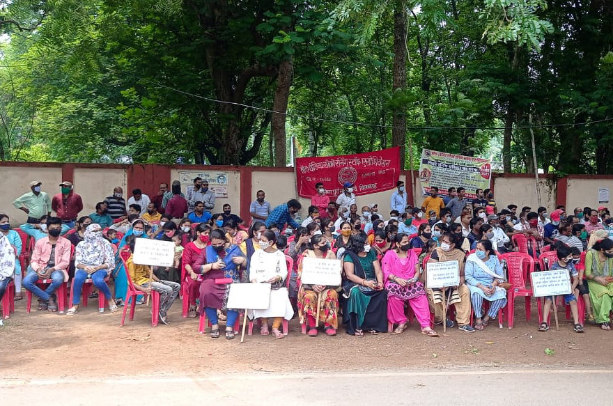 Dharna_by_AILRSA_in_front_of_DRM_Bilaspur